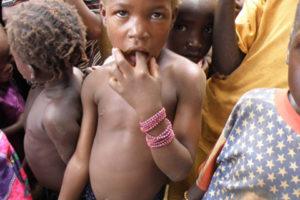 Enfant malien cheveux roux et doigt dans la bouche