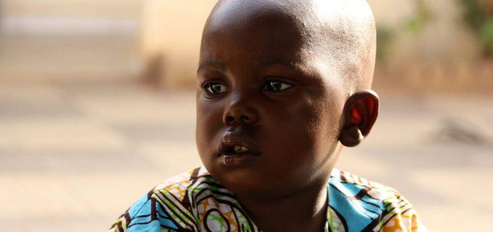 Enfant malien au regard grave
