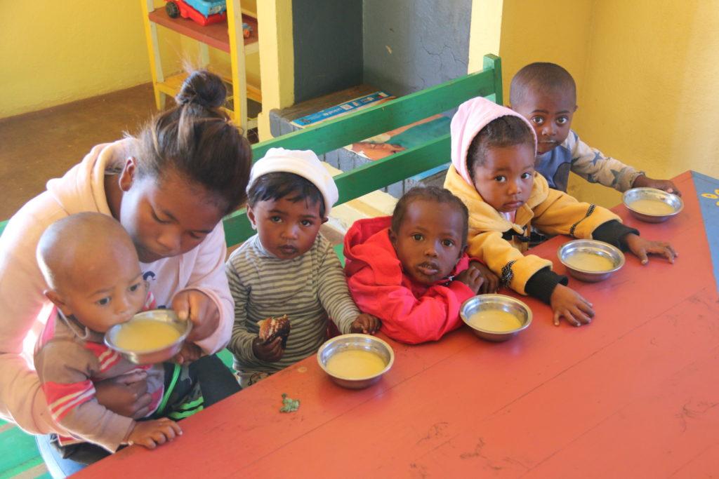 Groupe d'enfants malgaches qui boivent une soupe à la maison de la nutrition Antenna d'Ibity à Madagascar