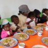 enfants malgaches du programme Odadi en train de manger