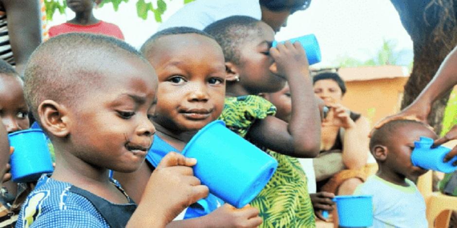 Enfants au Togo en train de boire de la spiruline dans le cadre d'une campagne de distribution sociale de spiruline