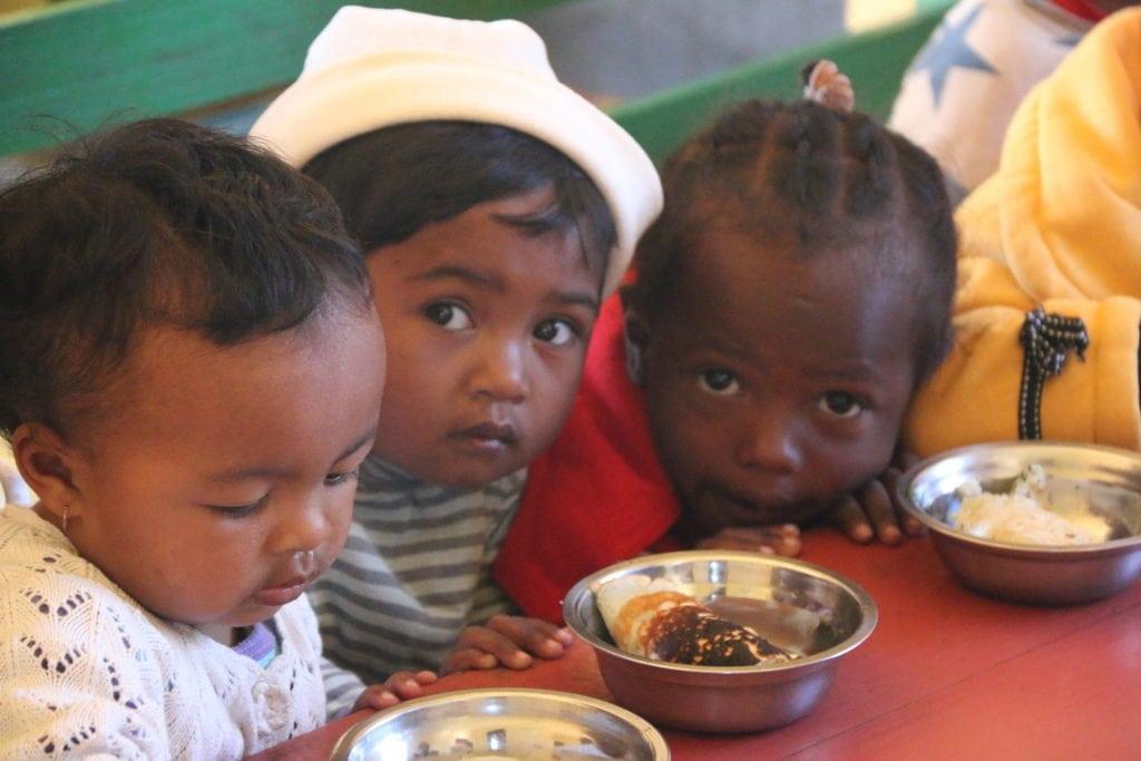 Enfants malgaches en train de manger dans un centre de nutrition