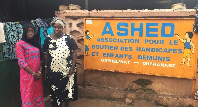 Kadia, responsable du centre ASHED d'accueil d'enfants au Mali, pose avec le Docteur Youma Gakou, bénévole chez Antenna France / Centre Père Michel
