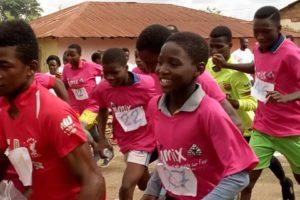 Enfants togolais qui courent pendant le Trail d'Agou au Togo le 2 juin 2019