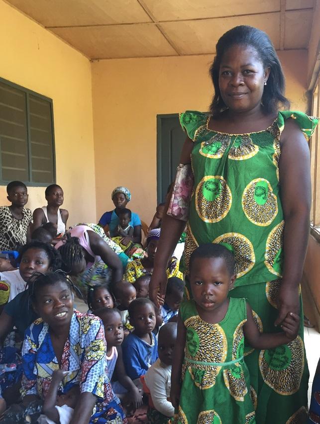 Une maman et sa fille avec d'autres mères et enfants - Cena d'Agou au Togo