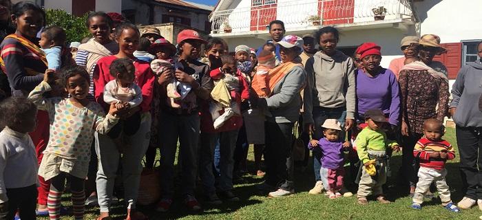 Photo d'une vague de mères et enfants - Maison Mahereza - Madagascar
