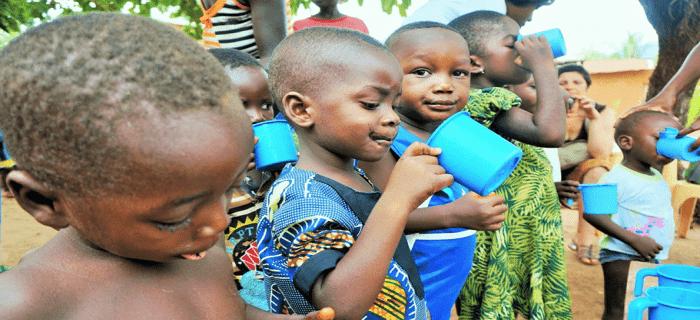 Groupe d'enfants au Togo prise de spiruline