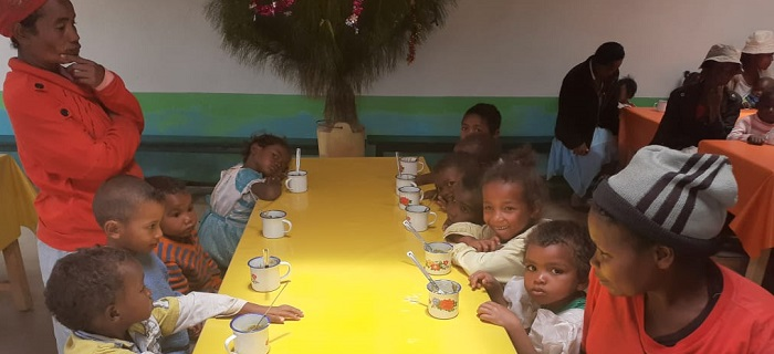 Les enfants malgache du programme Odadi mangent une collation supplémentée en spiruline