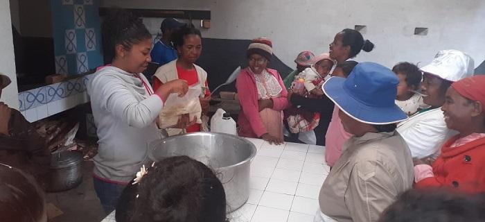 Felana apprend aux mères malgaches du programme Odadi à faire des recettes nutritionnelles à base d'ingrédients bon marché