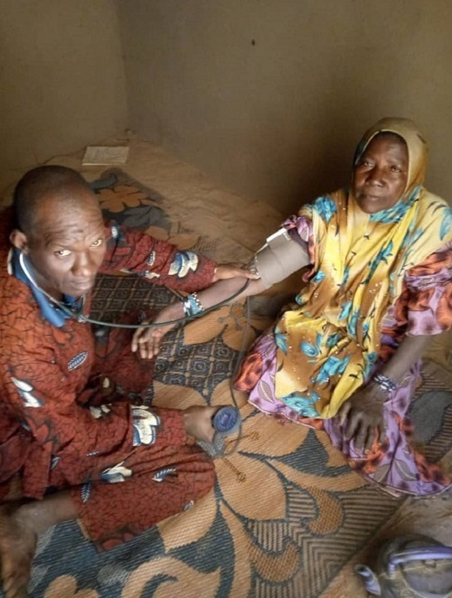 Médecin qui prend la tension d'une femme à Gao - Mali - solidarité