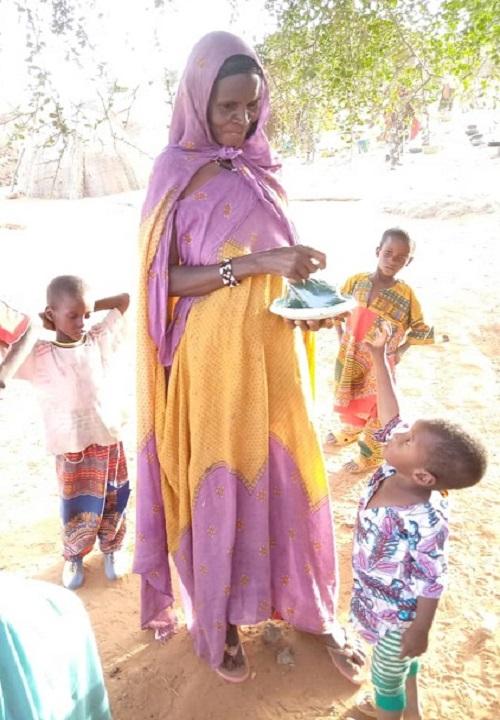 femme qui distribue de la spiruline - Gao - Mali