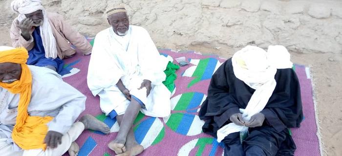 populations à Gao Mali qui ouvrent un pack de spiruline