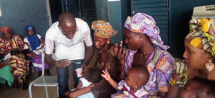 groupe de mamans et d'enfants au Mali - distribution de spiruline