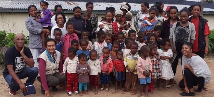 Photo de groupe montrant les mamans, enfants et personnels de la première vague du programme nutritionnel Odadi à Madagascar