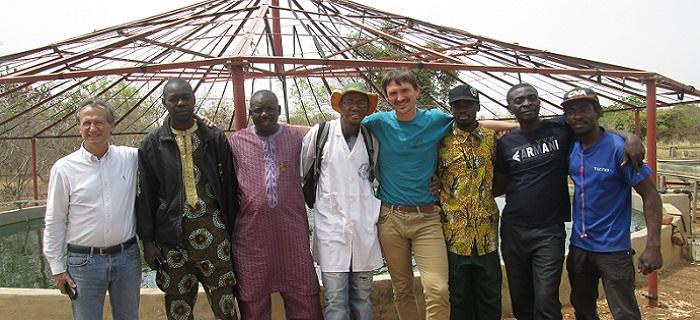 Un groupes de spiruliniers de différents pays se réunit à la ferme de spiruline de Moribabougou au Mali et nous sourit