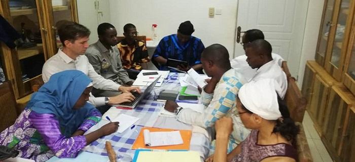 Equipe d'Antenna en séance de travail avec l'équipe du Pr Sadio YENA à l'Hôpital du Mali