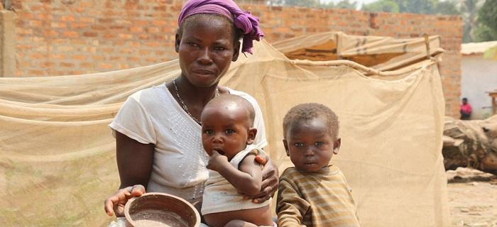Un mère africaine pauvre et ses enfants souffrant de la faim